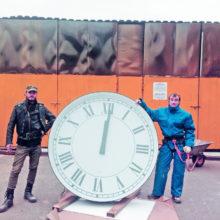 Монтаж фасадных часов
